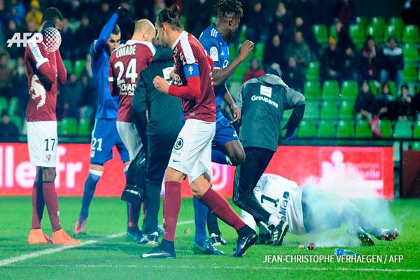 Fransa Liqasında qapıçıya partlayıcı atdılar, oyun yarımçıq qaldı