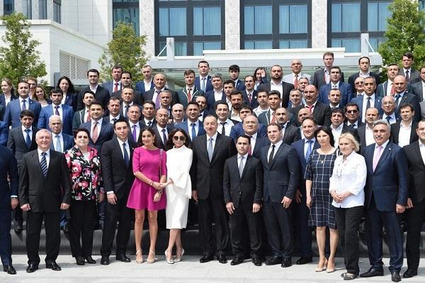 Prezident və ailəsi idmançılarla görüşdü - FOTO