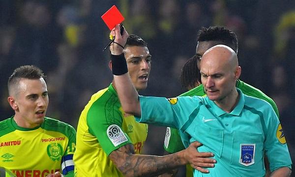 Hakim PSJ-nin oyununda futbolçunu vurdu -