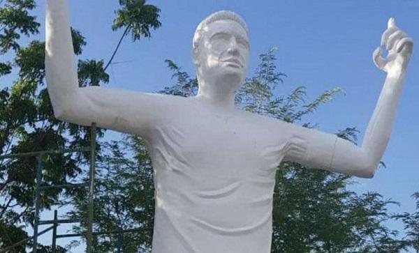 Daha bir futbolçuya heykəl qoyuldu -